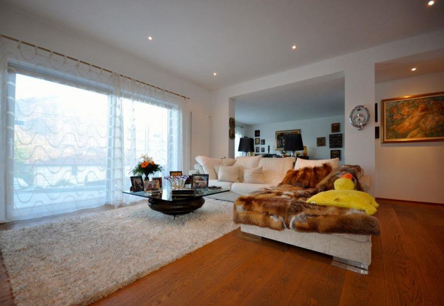 MONTAGNOLA – Bella villa moderna con immenso garage e giardino con piscina