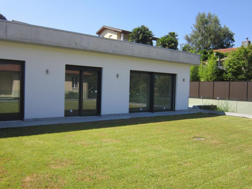 Montagnola bella villa con giardino recente costruzione for Piani di fattoria con veranda