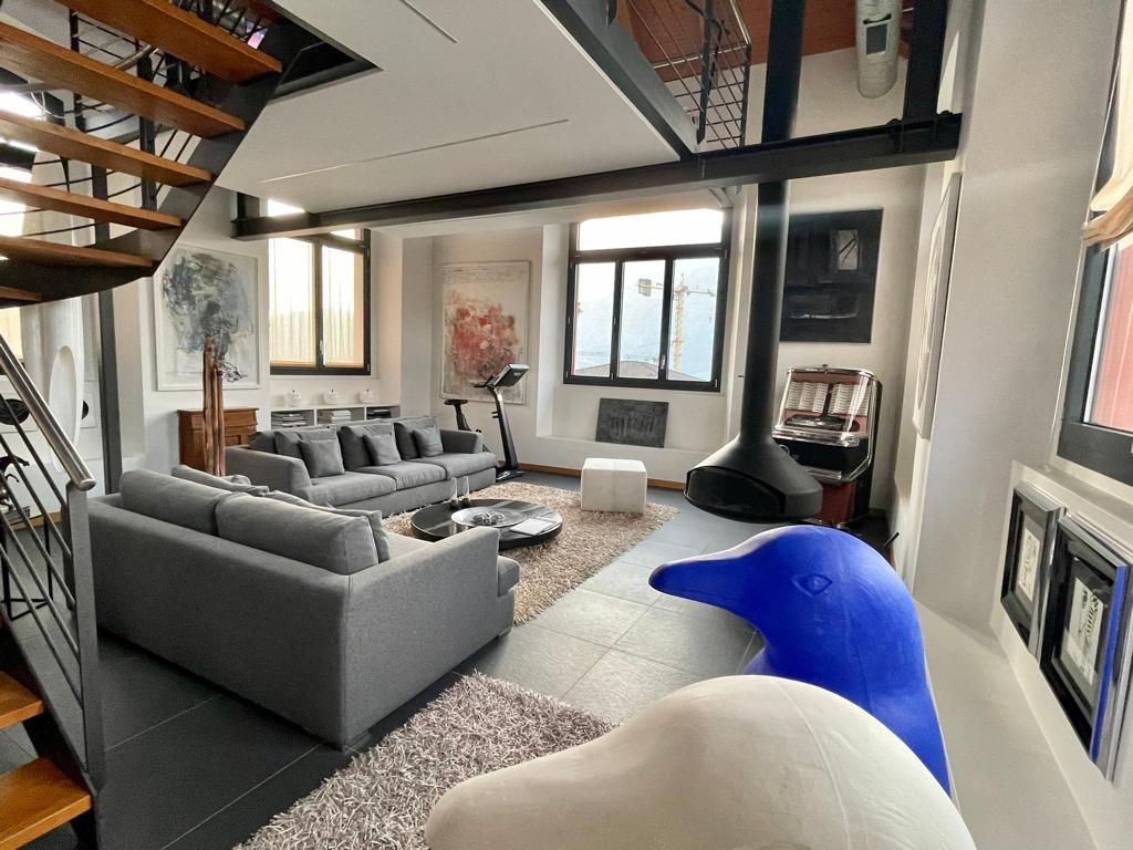 MELANO – Unico ed esclusivo loft situato al piano attico di una vecchia filanda